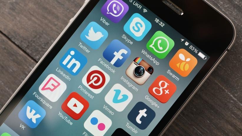 20150806171757-social-media-iphone-apple-twitter-facebook-instagram